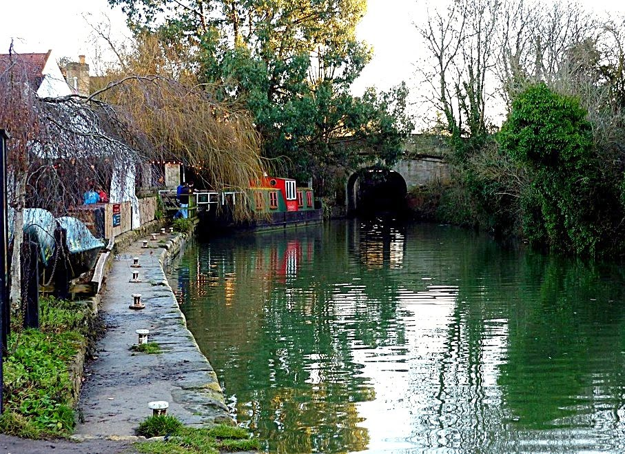 Canal moorings - next to pub